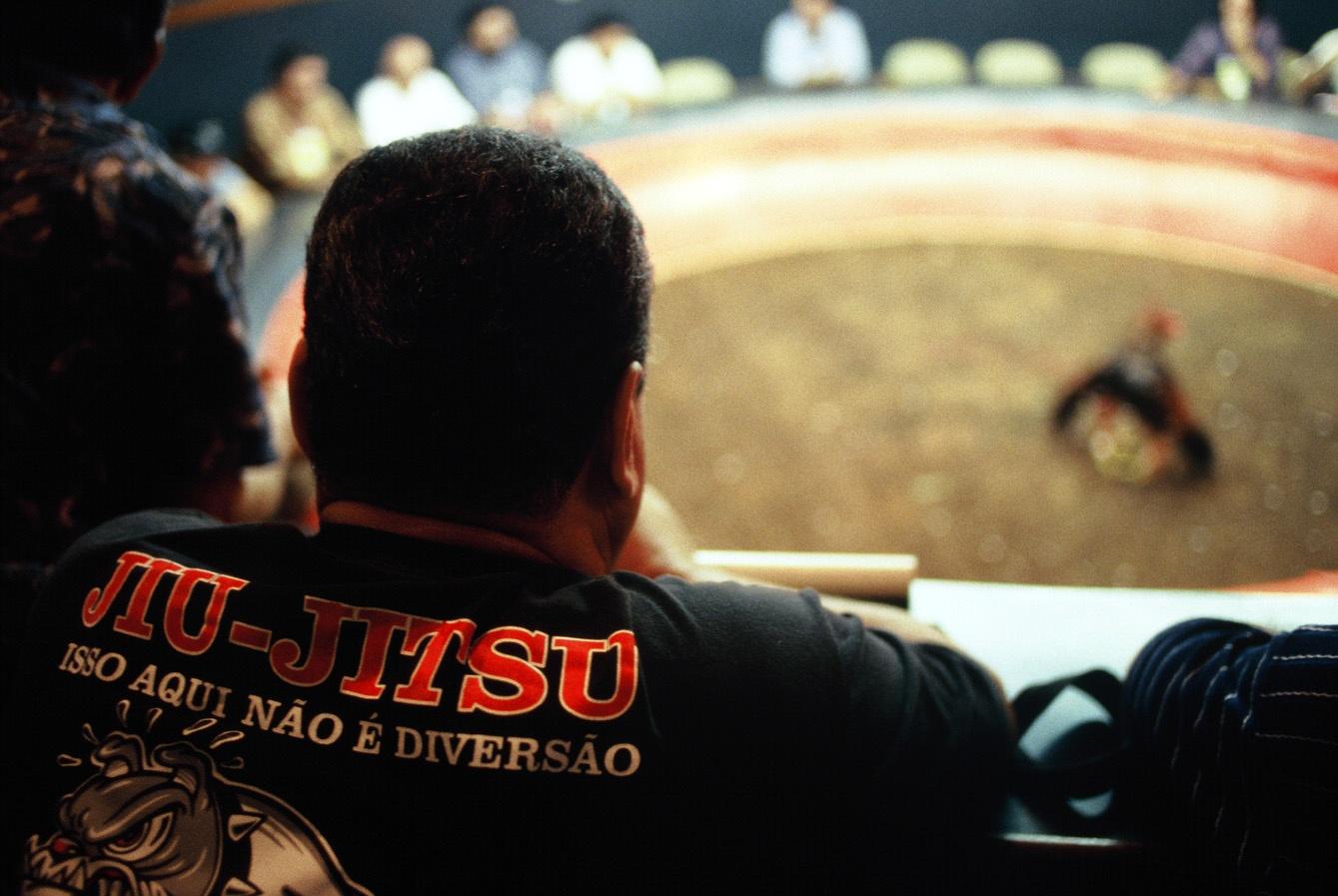 Carlson observando uma briga no suntuoso clube de casa de galos no Rio - Foto: Marcelo Alonso