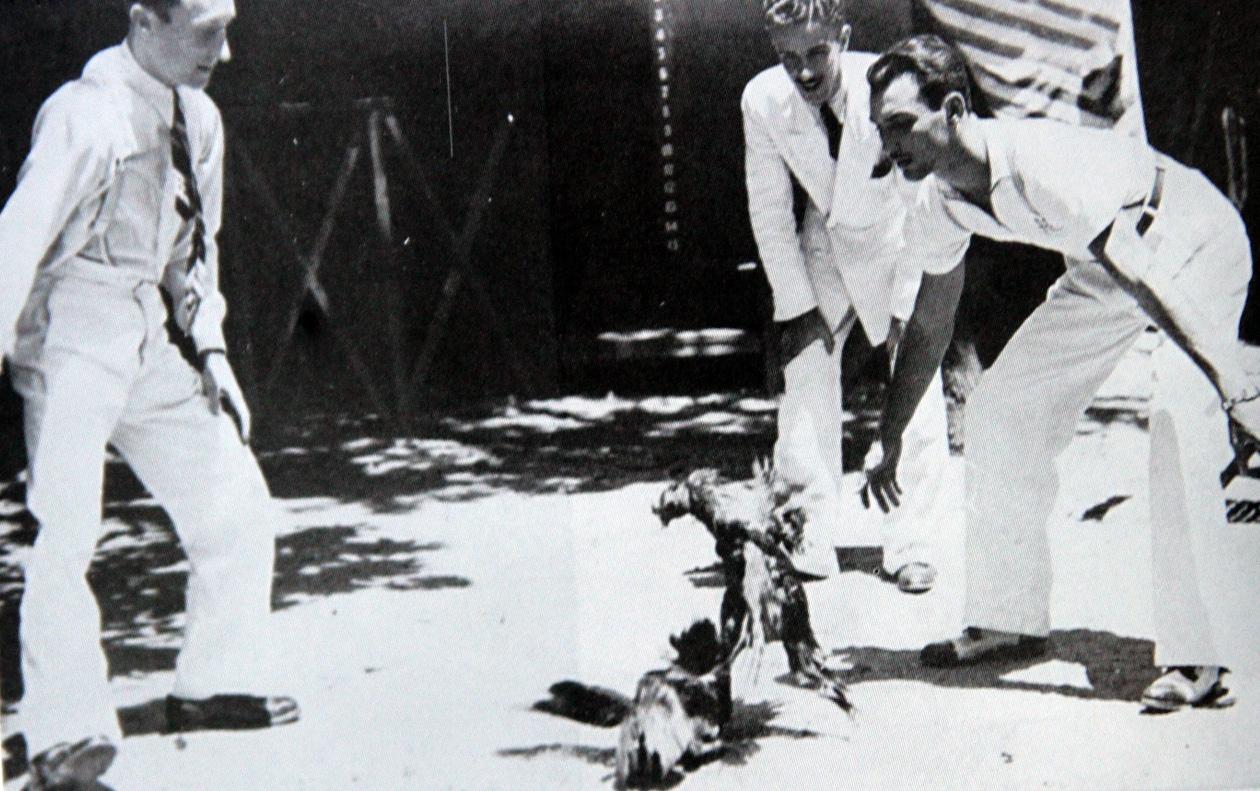 Carlos Gracie teria trazido as rinhas de galo de Belém para o Rio, na foto, comandando uma com o irmão Hélio – acervo pessoal / família Gracie